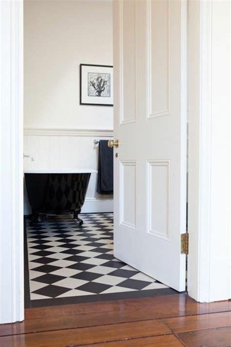 Carrelage Sol Salle De Bain Blanc Le Carrelage Damier Noir Et Blanc En 78 Photos Archzine Fr