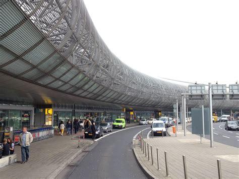 Aufgrund der hohen passagierzahlen ist das. Düsseldorf Airport (DUS) in Düsseldorf, Nordrhein ...