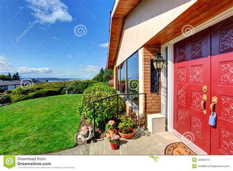 porche moderne d entr 233 e de maison avec la porte