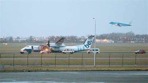 vliegtuig naast de baan op schiphol