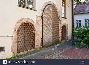 Kellerfenster Metall Mit Gitter : h lzerne t r und fenster mit metall gitter in einem alten haus altstadt von riga stockfoto ~ Eleganceandgraceweddings.com Haus und Dekorationen