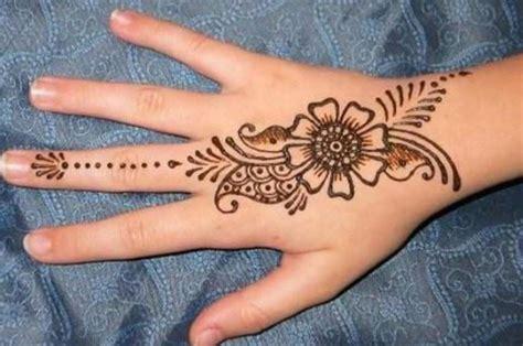 Henna yang bagus tergantung dengan campuran bahan yang digunakan dan bagaimana kualitas tanaman henna itu sendiri. Konsep 33 Gambar Henna Bunga Simple Simple Dan Unik