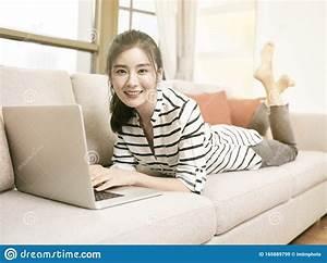 Giovane Donna Asiatica Sdraiata Sul Divano Con Il Computer