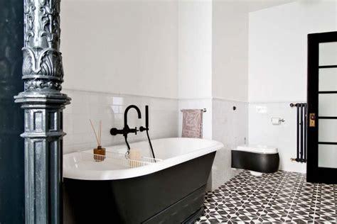 si e de bain carrelage design à l inspiration géométrique pour la salle