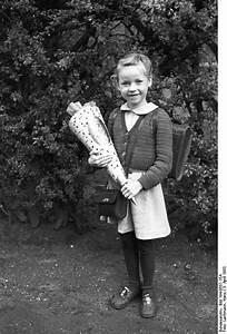 Kind Mit Schultüte : file bundesarchiv bild 194 0557 15a erster ~ Lizthompson.info Haus und Dekorationen