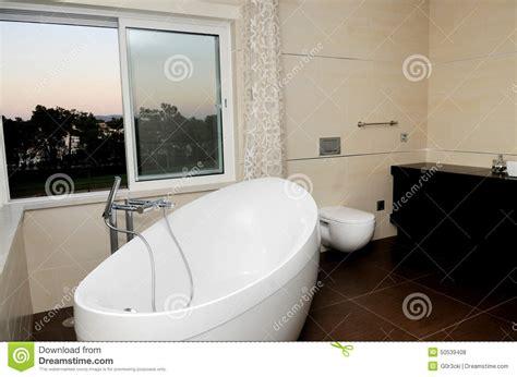 baignoire b b avec si ge int gr salle de bains luxueuse et moderne baignoire blanche