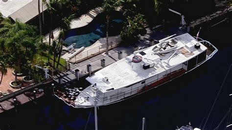 Sinking Big Boats by 70 Foot Boat Leaks Fuel While Sinking In Fort Lauderdale Canal