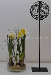 Frühlingsdeko Im Glas : kleine kugel aus draht auf metallst nder als fr hlingsdeko narzissen im glas fr hlingsdeko ~ Orissabook.com Haus und Dekorationen
