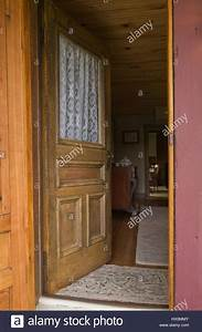 Videoüberwachung Haus Außen : braun holz eingang t r auf 1850 altes haus au en ge ffnet stockfoto bild 136469899 alamy ~ Frokenaadalensverden.com Haus und Dekorationen