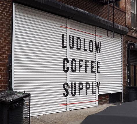 Het is een hippe wijk met veel verschillende winkels en barretjes. Ludlow Coffee / Barber Supply - Brush & Leaf Inc.