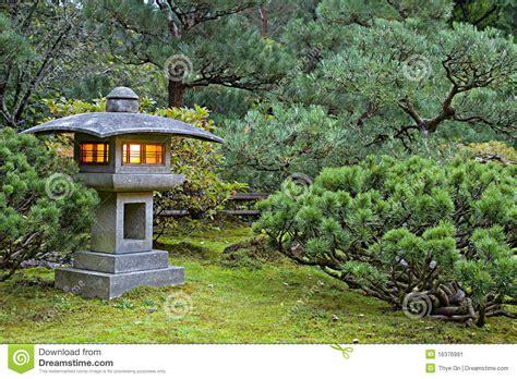 lanterne en pierre au jardin japonais image stock image