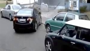 Garer Une Voiture : un homme aide une femme garer sa voiture ~ Medecine-chirurgie-esthetiques.com Avis de Voitures