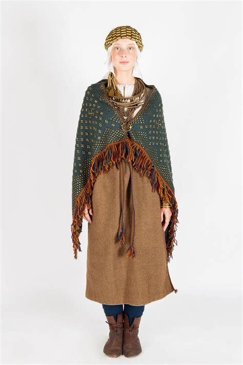 11. un 12. gadsimta latgaļu sievietes tērpu raksturoja ...