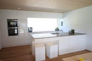 weiße küche graue arbeitsplatte küchen tischlerei künzler bizau bregenzerwald vorarlberg küchen türen möbel garderoben
