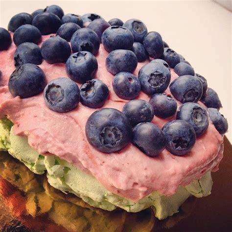 {bezē kūka ar zemeņu krēmu un mellenēm}   Food, Blueberry, Fruit