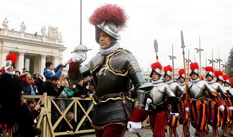 le bureau la garde le pape s invite à la bénédiction du nouveau drapeau de la