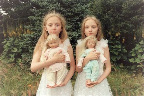 ภาพถ่ายของสองสาวพี่น้องฝาแฝดชาวไอซ์แลนดิก ที่ชวนขนหัวลุก ...