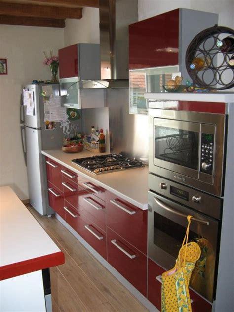 cuisine grise et bordeaux ambiance cuisine meubles contarin