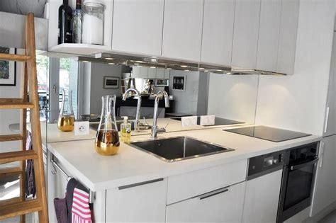 d馗o cuisine moderne cuisine blanche moderne avec miroir en guise de crédence