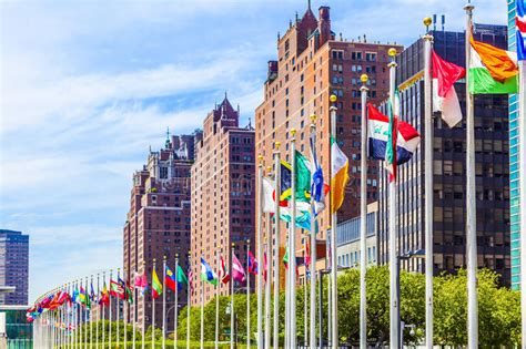 siege de l onu siège des nations unies avec des drapeaux des membres de l