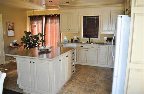 cuisine ilot cuisine en bois laqué et glazé comptoir de stratifié avec