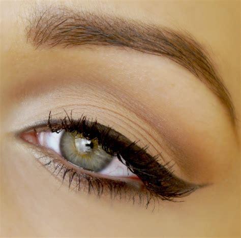 winged eyeliner tutorial cat eye liner