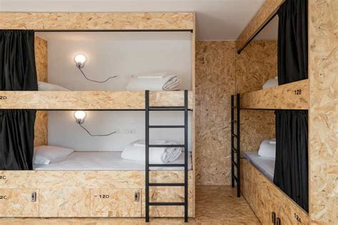 hotel avec dans la chambre a le panneau osb et utilisation en déco intérieure