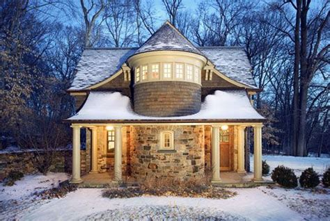 love  castle colonial  cabin appearance    id     huge house