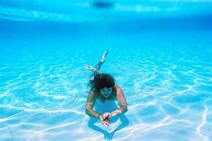 Rustine Piscine Sous L Eau : la fille nage sous l 39 eau dans la piscine photo stock image du r cr ation mignon 40500162 ~ Farleysfitness.com Idées de Décoration
