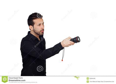 hommes attirants dans le noir avec une le torche recherchant quelque chose image libre de