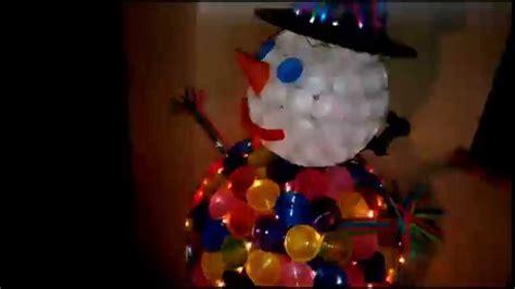 pupazzo di neve fatto con i bicchieri di plastica pupazzo di neve con bicchieri di plastica e cannucce