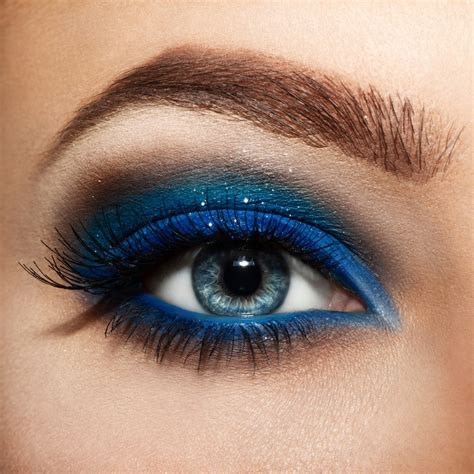 stunning eye makeup      stand    crowd top