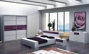 Bílo fialová ložnice