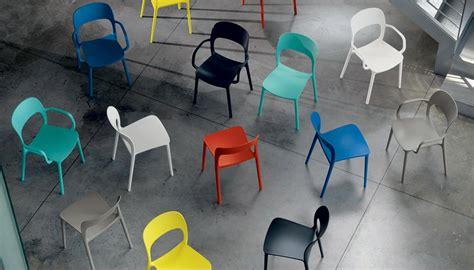 Sedie In Plastica Colorate Per Vivacizzare L'ambiente