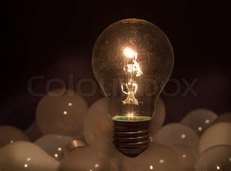 Leuchtet Eine Glühbirne by Eine Gl 252 Hbirne Mit Gl 252 Hwendel Im Dunkeln Leuchtet Eine
