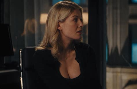 jack reacher sandy actress who is rosamund pike get to know the gone girl star