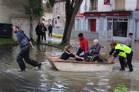 le maire de chelles seine et marne inondations 224 cr 233 cy la chapelle le centre ville 233 vacu 233 en barque toutes les