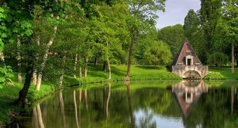 photo pavillon dans le parc du château de chambord 782