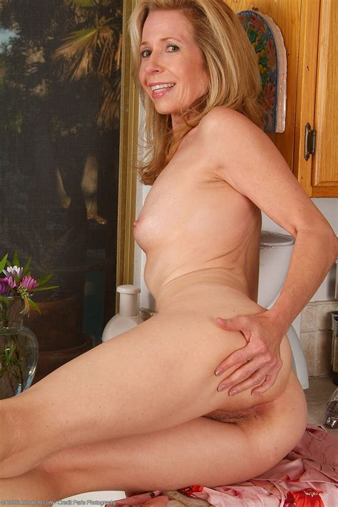 Mariah Small Tits Milf