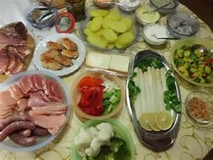 Essen Für 8 Personen : raclette klassisch mit k se fleisch dips salate kartoffeln ~ Eleganceandgraceweddings.com Haus und Dekorationen