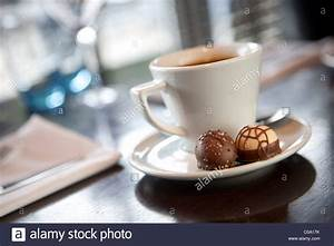 Abendessen Auf Englisch : kaffeetasse mit 2 pralinen auf der untertasse auf einem tisch nach abendessen stockfoto bild ~ Somuchworld.com Haus und Dekorationen