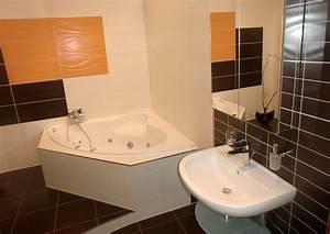 Badezimmer Mit Eckbadewanne : modernes badezimmer wei gefliest aufgelockert mit farbigen orangen und schwarzen fliesen ~ Bigdaddyawards.com Haus und Dekorationen