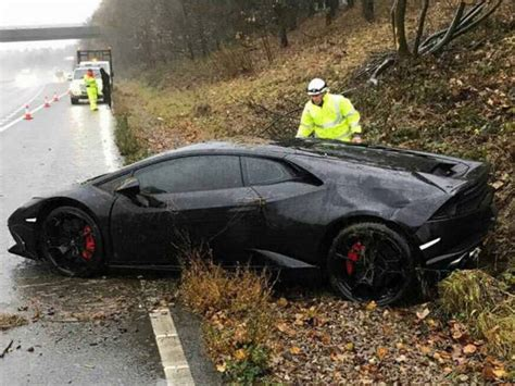 crashed lamborghini huracan jeff schlupp crashes his all black lamborghini huracan