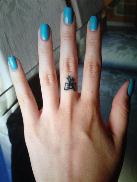 tatouage noeud au doigt modeles  exemples