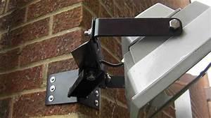 Heavy duty corner mounted floodlight bracket for