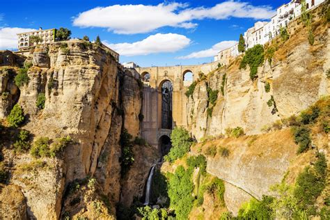10 Incredible City Cliffs Around The World (with Photos