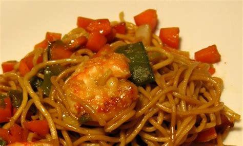 cuisiner des pates chinoises sauté de crevettes et pâtes chinoises au macis recettes