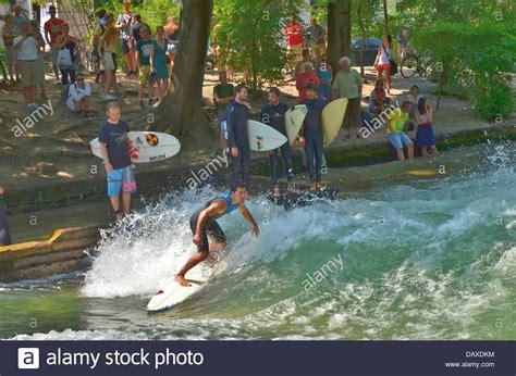 Garten Kaufen München by M 252 Nchner Eisbach Welle Ein Surf Hotspot Fluss Surfen