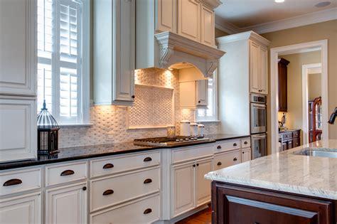 Basket Weave Backsplash : 15 Inspiring White Kitchens