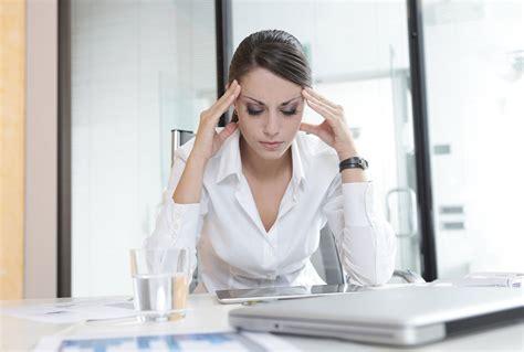 femme bureau femme stressee bureau daily